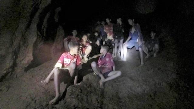 Equipas de resgate lutam contra o tempo e falta de oxigénio na caverna