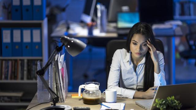 Trabalhar muitas horas pode aumentar o risco de aparecimento desta doença