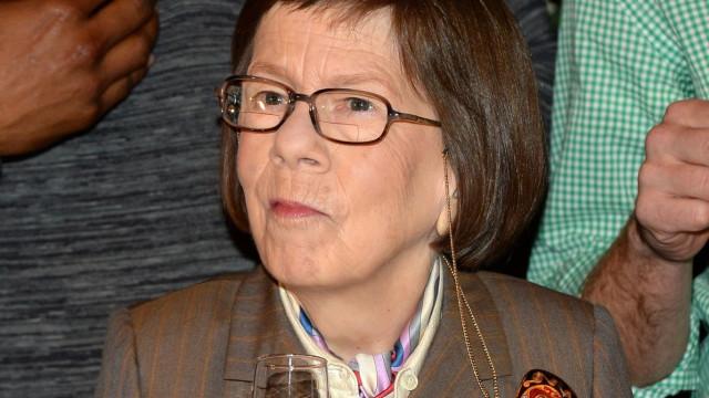 Linda Hunt hospitalizada após acidente de carro
