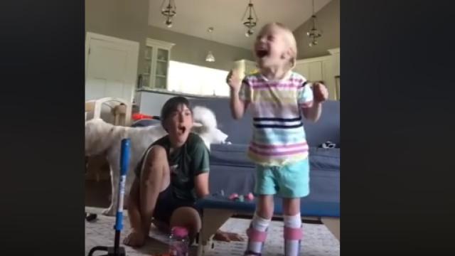 Os primeiros passos de uma menina de quatro anos com paralisia cerebral