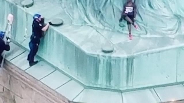 Sete detidos depois de mulher subir para os pés da Estátua da Liberdade