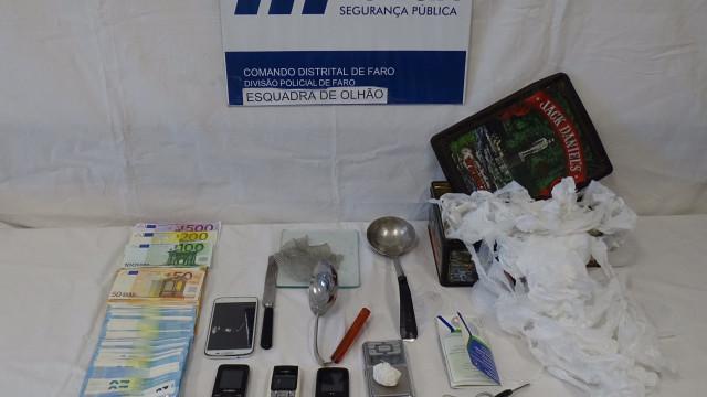 Homem detido em Olhão com 50 doses de cocaína e 10 mil euros em dinheiro