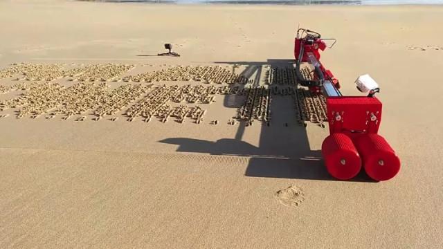 Este robot ajuda-o a escrever mensagens na praia