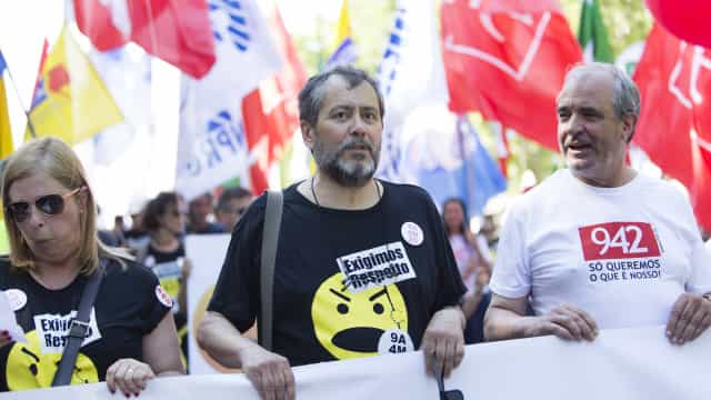 Centenas de professores protestam em frente ao Ministério da Educação