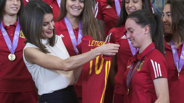 Camisola número 10: Rainha Letizia homenageia campeãs da Europa