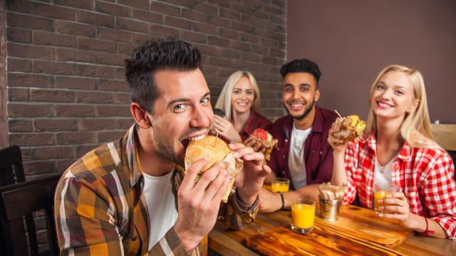 Comer três hambúrgueres por semana faz isto ao seu corpo (não é bonito)