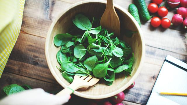 Este é o 'truque' mais simples para facilitar a preparação de saladas