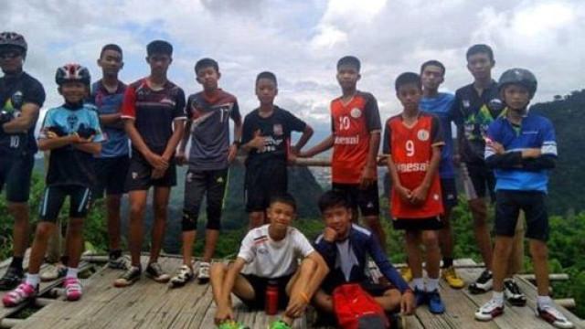 São estes os 12 meninos presos em gruta na Tailândia