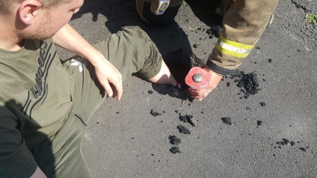Homem resgatado por bombeiros após ficar preso em cimento derretido