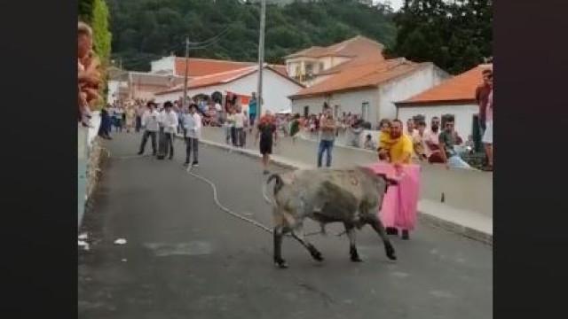 Homem a 'tourear' com criança ao colo leva a queixa nas autoridades