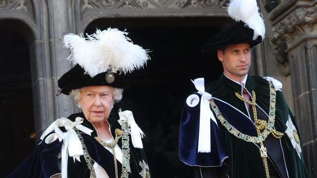 Rainha e príncipe William vestidos a preceito para cerimónia na Escócia