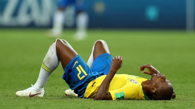 Fernandinho alvo de insultos racistas após autogolo inadvertido