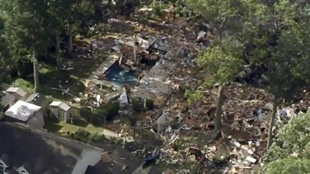 Explosão em Nova Jérsia faz dois mortos e reduz casa a escombros