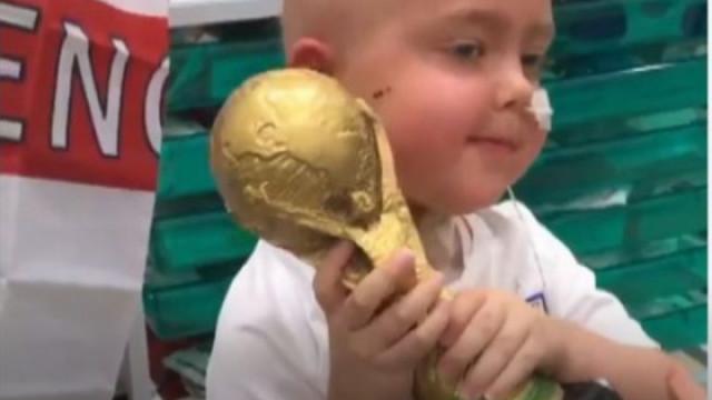 Tem cinco anos e recebeu uma taça do Mundial após terminar radioterapia