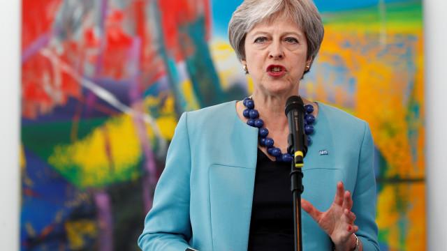 """Theresa May pede à UE que abandone """"posição rígida"""" sobre Brexit"""
