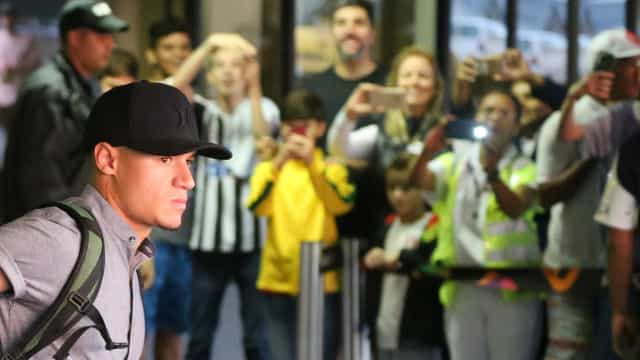 Seleção canarinha é recebida com aplausos. Neymar escapou de helicóptero
