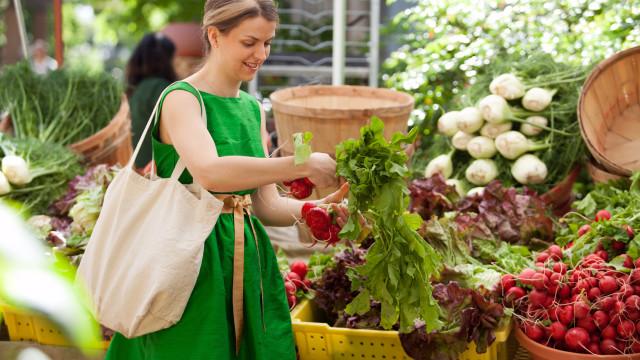 Cinco dicas para 'cortar' no plástico sempre que vai às compras