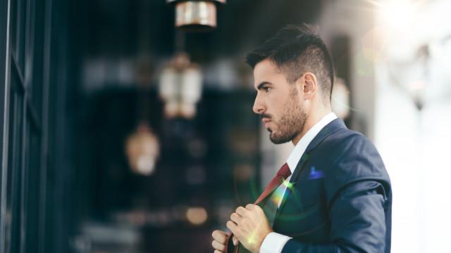 Usar gravata no trabalho pode estar a limitar o seu pensamento crítico