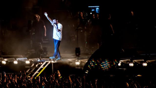 Gorillaz obrigados a parar concerto após rapper cair de palco