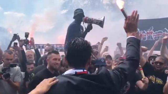 Impressionante: Buffon 'engolido' por adeptos durante a apresentação
