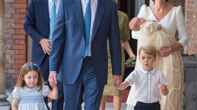 Aos dois meses, Príncipe Louis encanta com rasgado sorriso no rosto