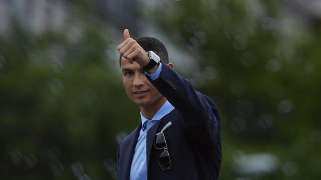 Tchim-tchim! CR7 já brindou com Jorge Mendes e o presidente da Juventus
