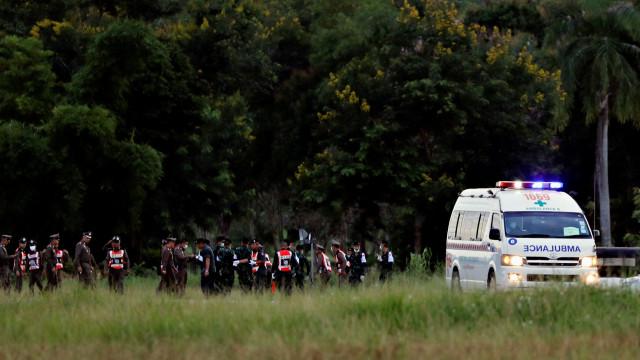 Centenas de voluntários aplaudem resgate dos jovens encurralados
