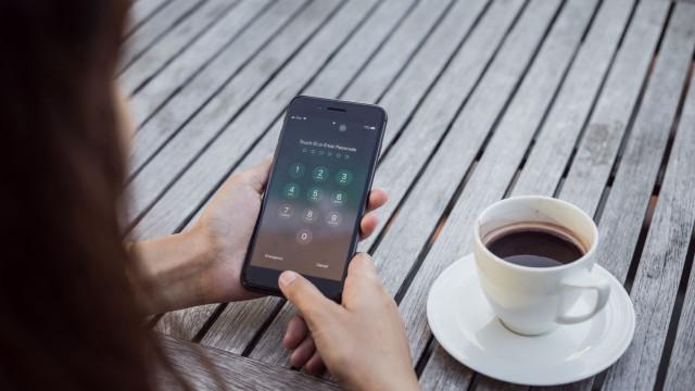 Ações da Apple recuam após proibição de vender iPhones na China