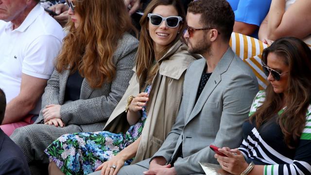 Justin Timberlake e Jessica Biel divertidos em torneio de ténis