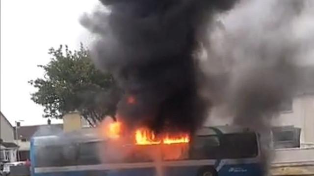Autocarro incendiado por homens armados em Belfast