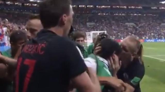 Jogador da Croácia deu beijo a fotógrafo que foi 'esmagado' nos festejos