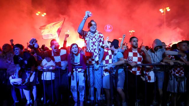 Loucura absoluta! Festival de pirotecnia percorre as ruas da Croácia