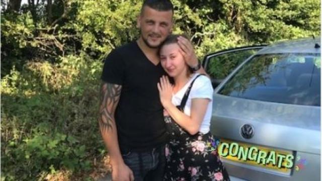 Depois de ser multado, pede a polícia para fotografar pedido de casamento