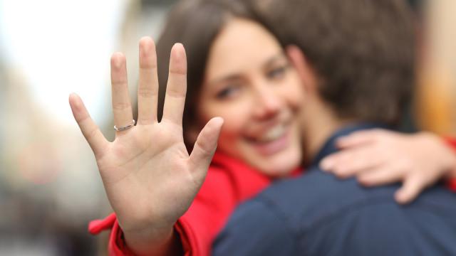 Mulheres esperam anel de noivado mais caro quando o parceiro é 'feio'