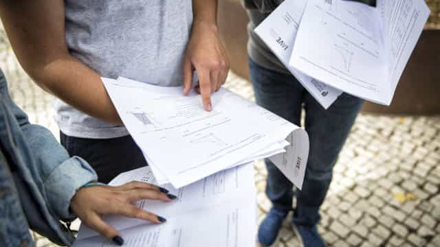 Faltam notas de 7% dos alunos. Ministério envia inspetores para escolas