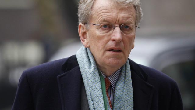 Antigo embaixador britânico brutalmente agredido em estação de metro