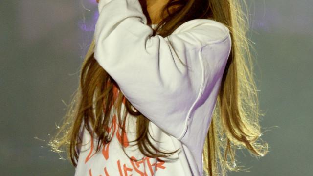 Ariana Grande não contém lágrimas ao lembrar ataque em Manchester