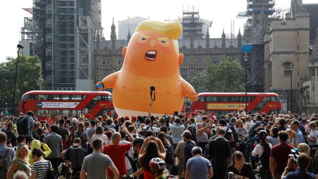 Balão gigante de bebé 'Trump' flutua em frente ao Parlamento britânico