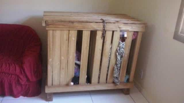 Pais vão trabalhar e deixam filhos gémeos presos em baú de madeira