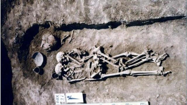 Foi enterrada viva ao lado do marido para viver com ele até à eternidade