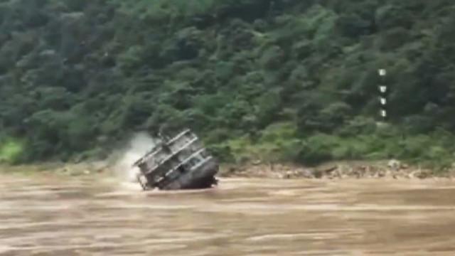 O momento em que o rio 'engole' um navio de carga