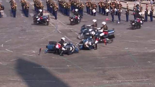 Polícias colidem de mota durante celebração do Dia da Bastilha