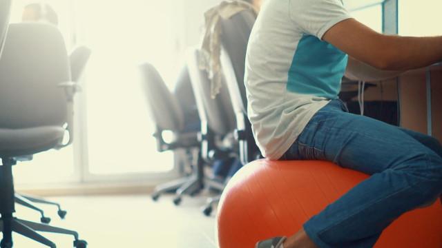 Nesta empresa há bolas de pilates para trabalhadores melhorarem a postura