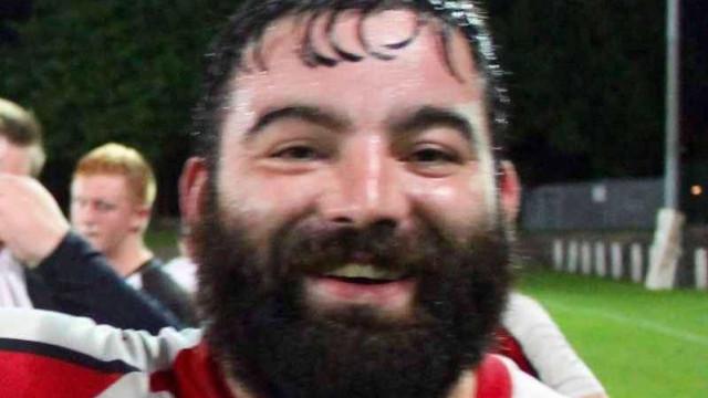 Jogador de rugby Max Blakeley  morre durante jogo