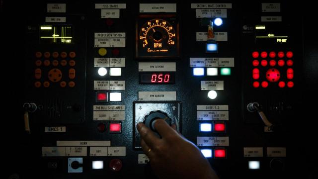 A noite chega com um click ao submarino Arpão que mergulha aos 300 metros