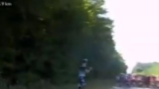 Ciclista pára para fazer necessidades e... fica para aplaudir pelotão