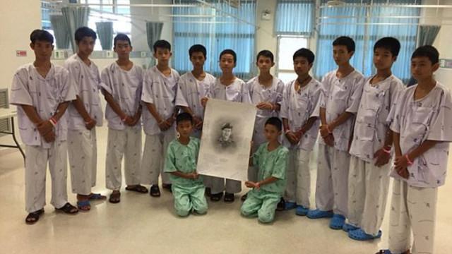 Eis a homenagem de meninos resgatados de gruta a mergulhador que morreu