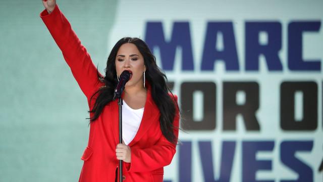 "Tia de Demi Lovato descansa fãs da cantora: ""Está acordada e a falar"""