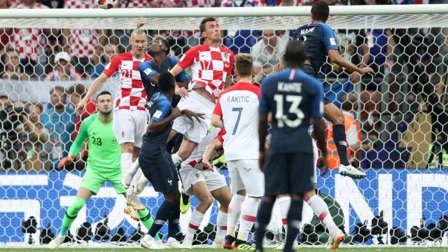 [4-2] França-Croácia: Erro de Lloris 'oferece' golo a Mandzukic