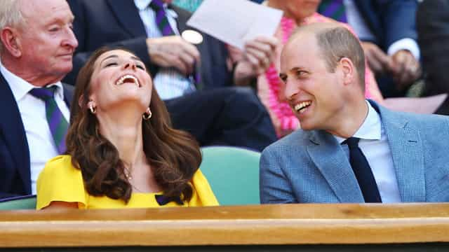 William faz piada sobre a sua falta de jeito para dançar. Kate ajudou